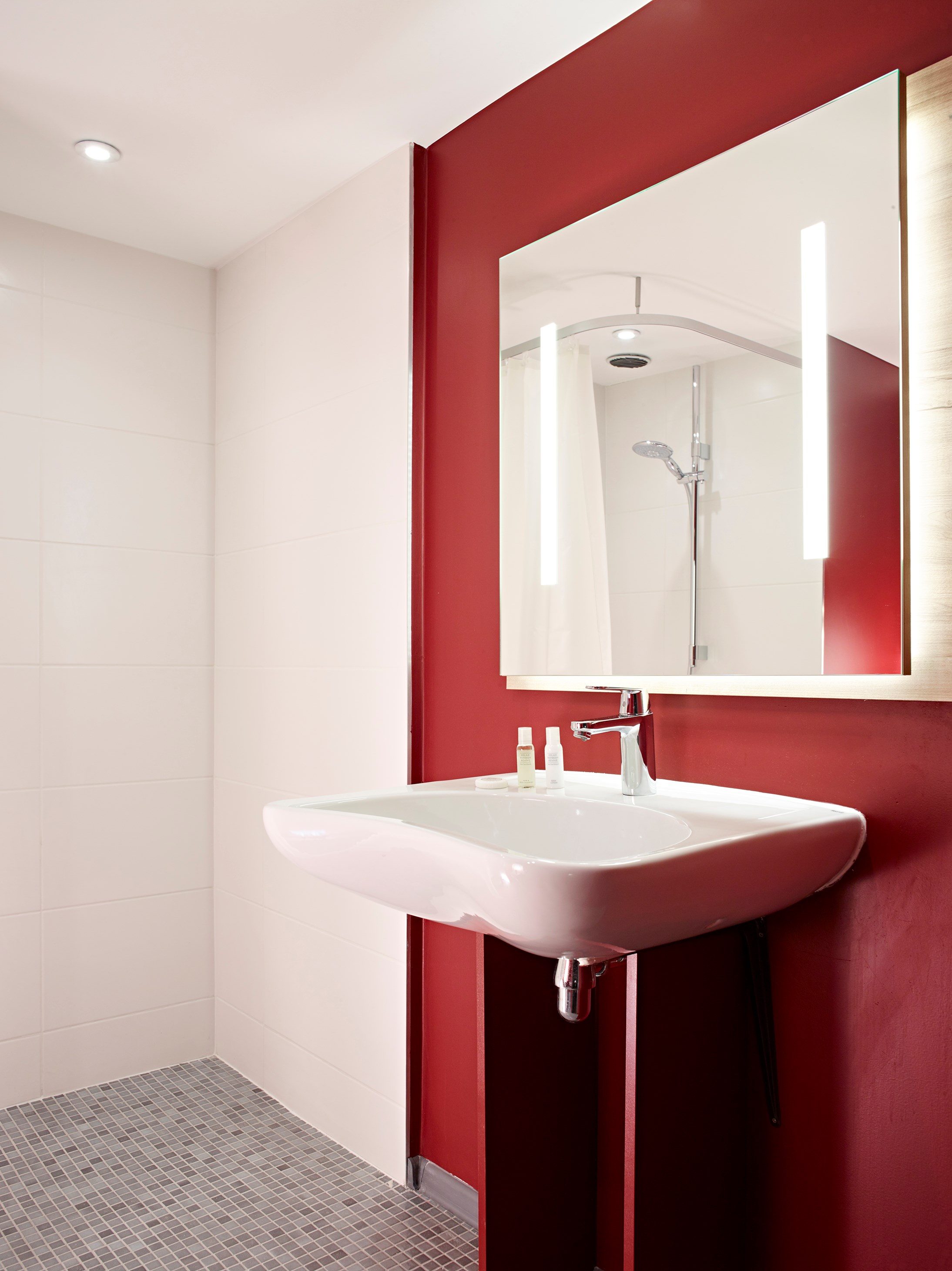 Bathroom Disabled friendly rooms Hotel Median Paris Congrès